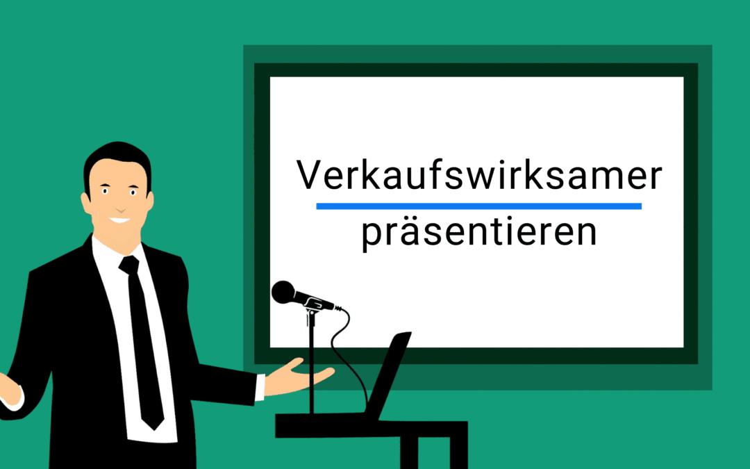Online-Vertriebsberatung | Verkaufswirskam präsentieren. Auf dem Bild steht ein Mann vor dem Pult und einer weißen Leinwand mit der Überschrift Verkaufswirksamer Präsentieren