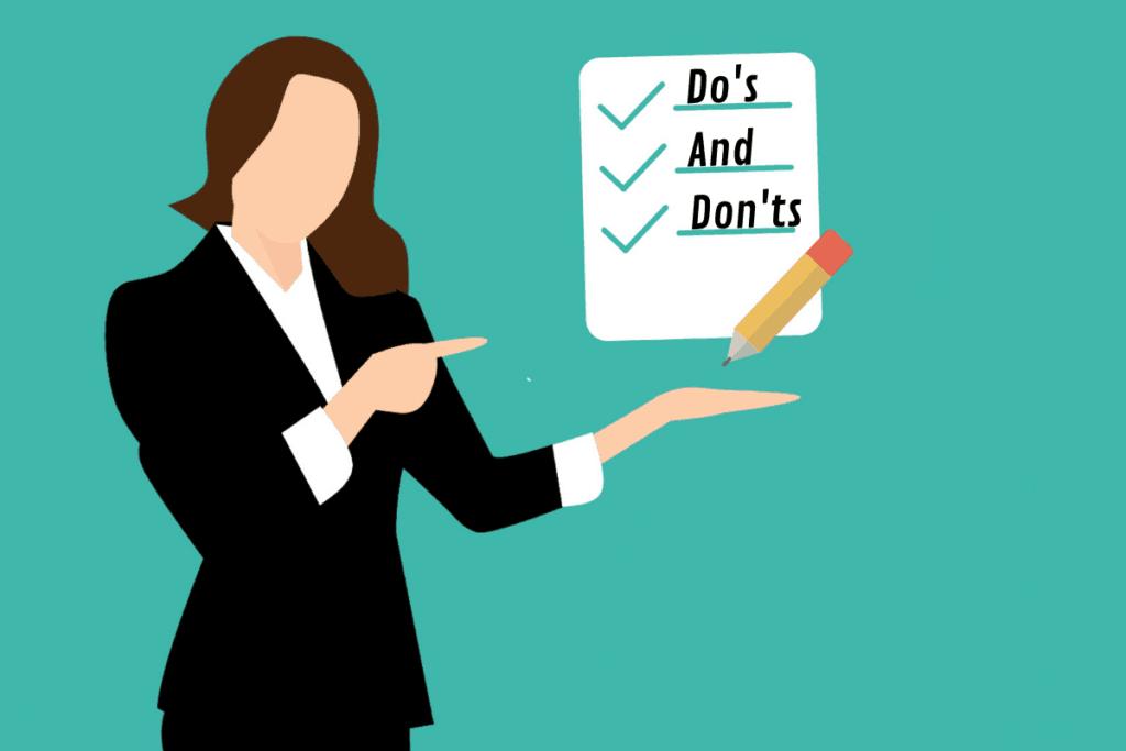 Online-Vertriebsberatung | Eine Frau hat steht und zeigt auf eine Liste, die ein Symbol für die Do's and Don'ts darstellt.
