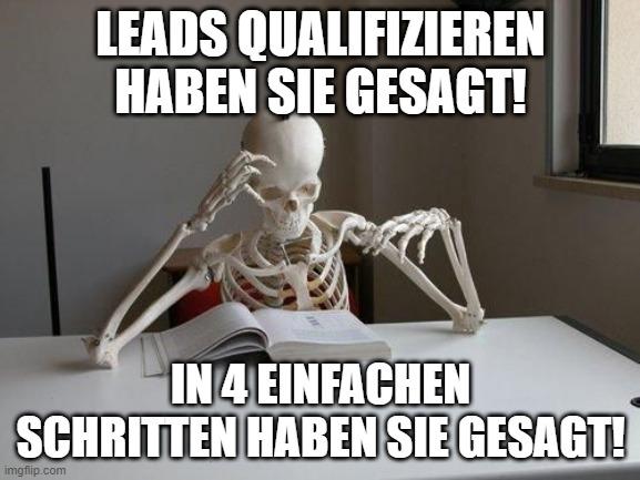 Online-Vertriebsberatung - Lead Qualifizierungsprozess - Meme, auf dem ein Skelett am Schreibtisch sitzt und lange für die Leadqualifizierung benötigt hat